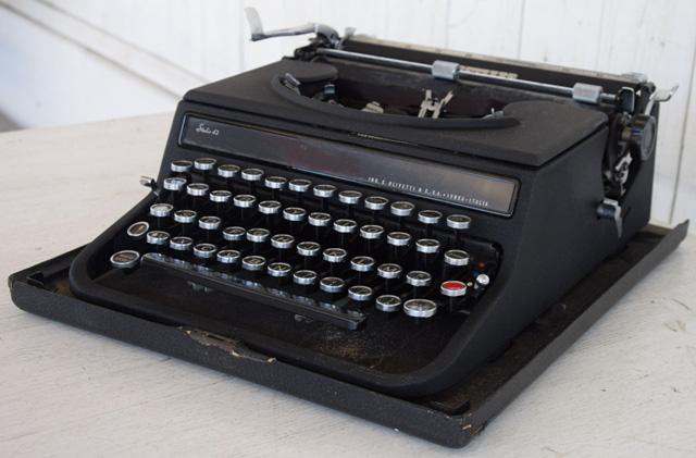 Macchina da scrivere Olivetti Modello 42