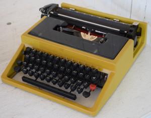 Macchina da scrivere gialla