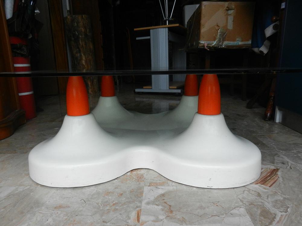 Tavolino in vetro con supporto in plastica